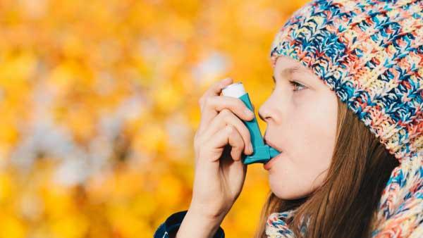 girl using an inhaler to battle las vegas allergies